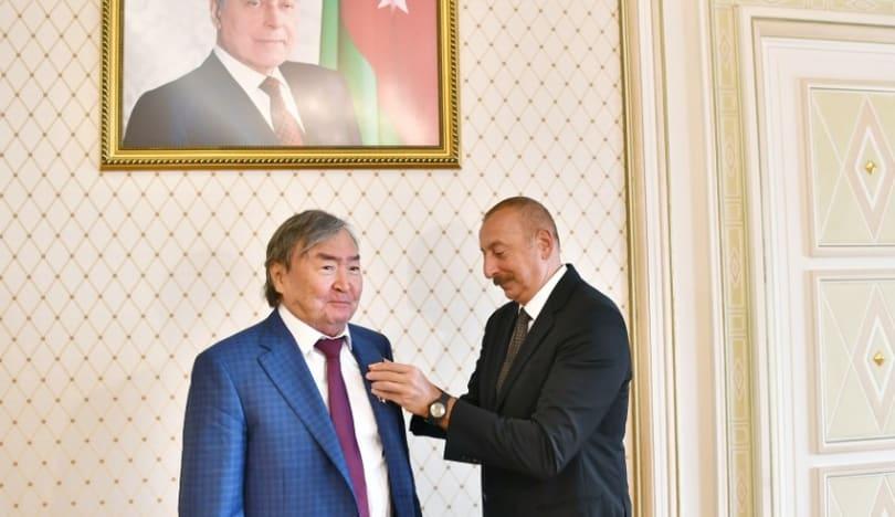 """İlham Əliyev """"Şərəf"""" ordenini Oljas Süleymenova təqdim edib"""
