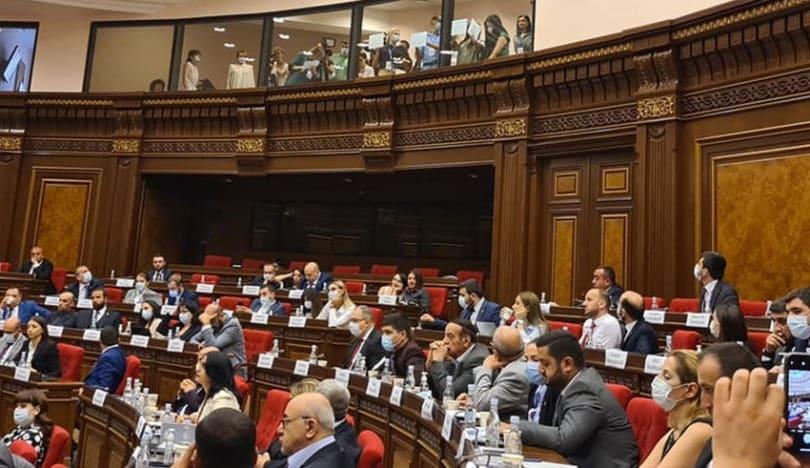 Jurnalistlər Ermənistan parlamentində etiraz təşkil ediblər