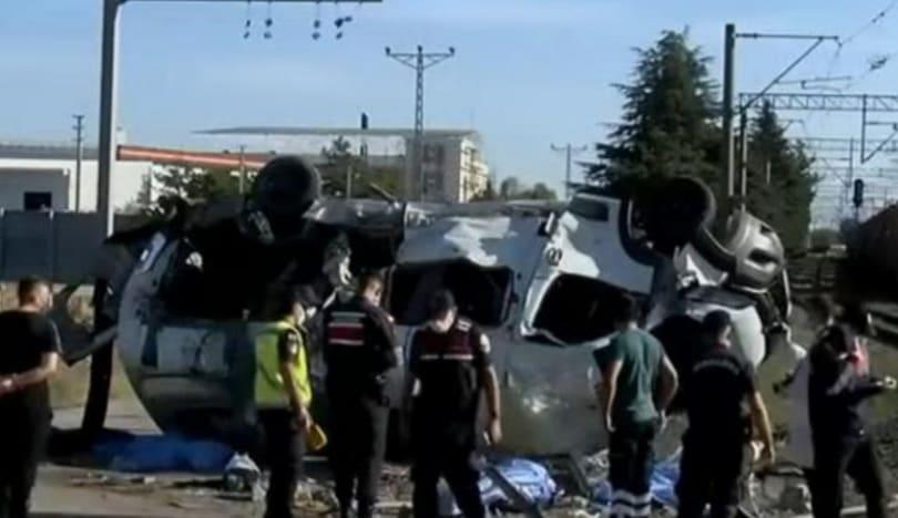 Türkiyədə qatarla mikroavtobus toqquşub, 6 nəfər ölüb, 6-sı yaralanıb