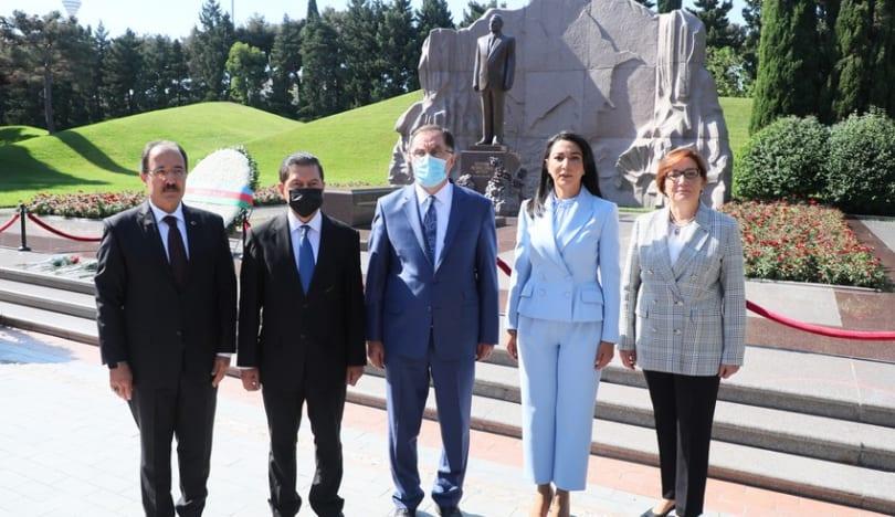 Azərbaycan və Türkiyənin ombudsmanları Fəxri və Şəhidlər xiyabanlarını ziyarət ediblər