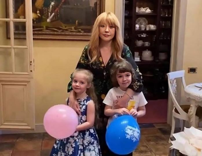 Эффект многослойности: Лиза Галкина позировала рядом с мамой в пышной розовой юбке-пачке