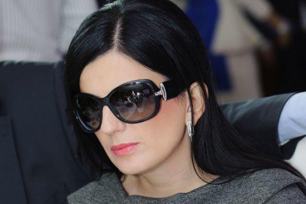 Певица Диана Гурцкая впервые согласилась снять черные очки