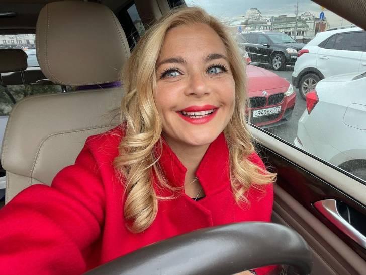«Хочу быть такой же красивой»: Ирина Пегова похвасталась новым пальто карамельного цвета