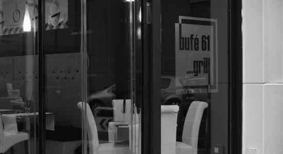 Entrada al restaurante en blanco y negro