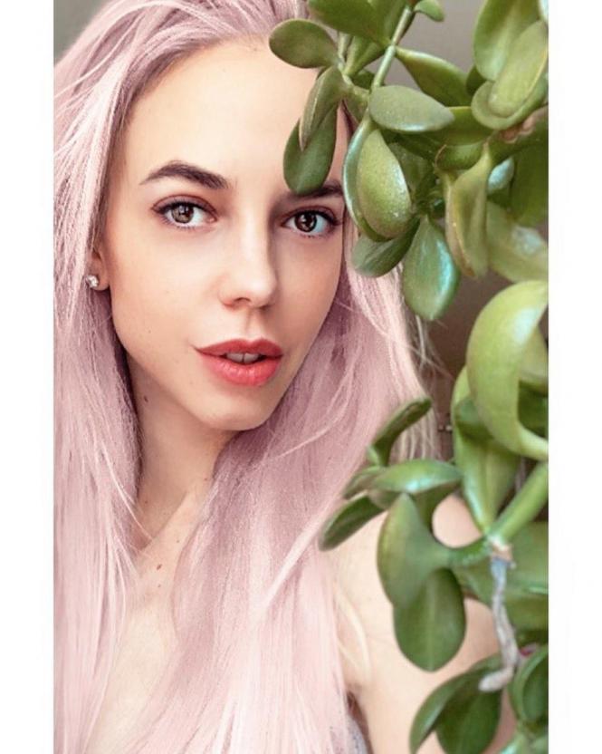 Звезда Comedy Woman Надежда Сысоева  перекрасила волосы в розовый цвет