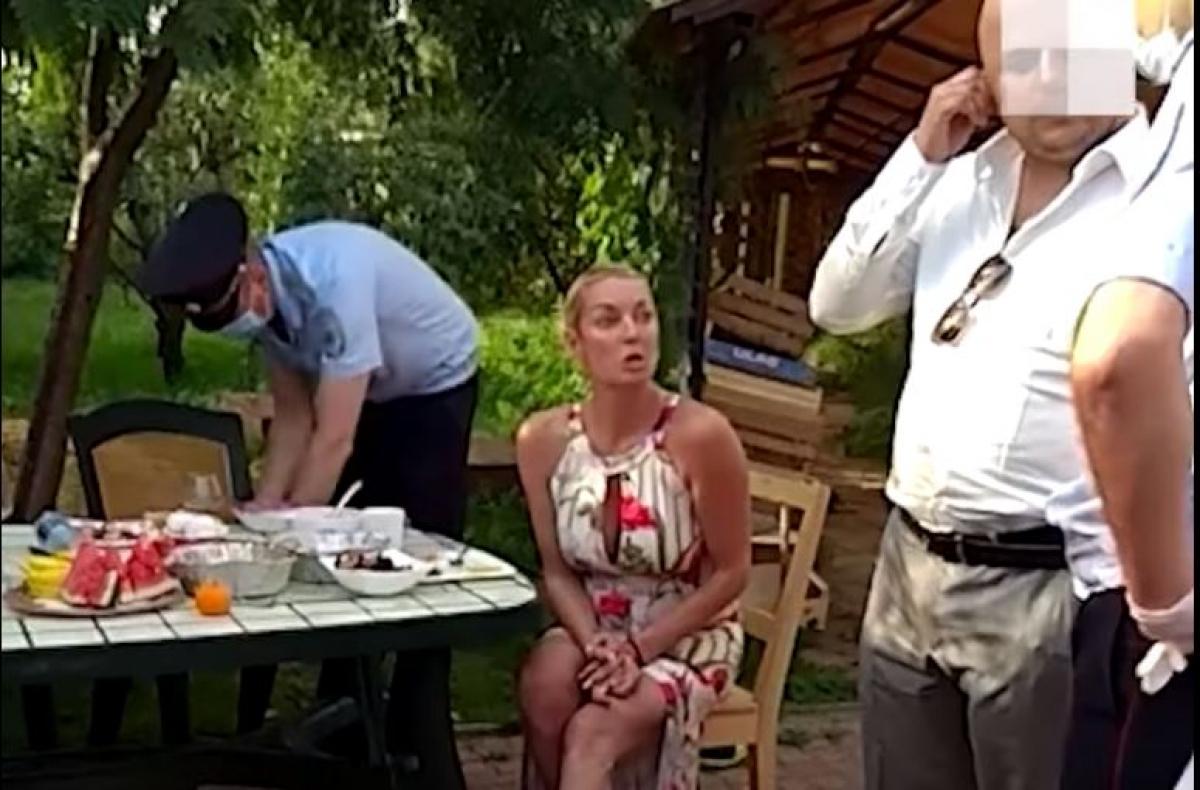 Пьяная Волочкова обматерила полицию и чиновников за выписанный штраф: