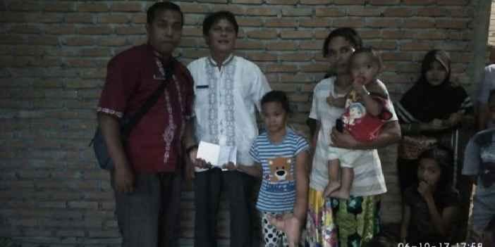 Andri Yani (tiga dari  kiri) dan orang tuanya Roza di rumah mereka, saat bersama Endi Saputra  (kiri), perangkat Nagari (Dok. Pribadi)