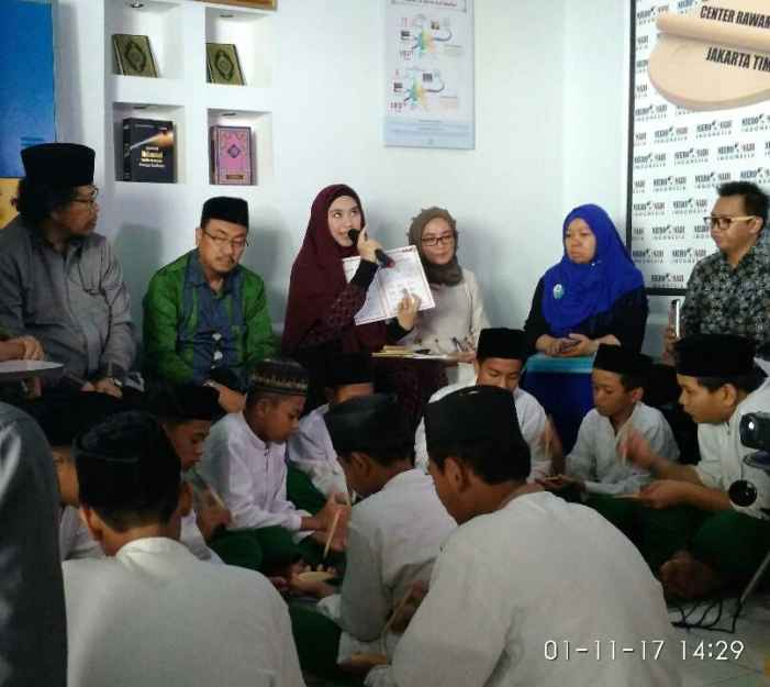 Oki Setiana Dewi saat menjelaskan tentang metode belajar Al-Qur'an Neuro Nadi Indonesia. (foto: BKarmila)