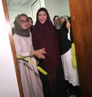 Hj. Yoshiko selaku Pimpinan sekaligus pemilik dan Oki Setiana Dewi secara simbolis gunting pita pembukaan NNI Rawamangun center (foto: istimewa)