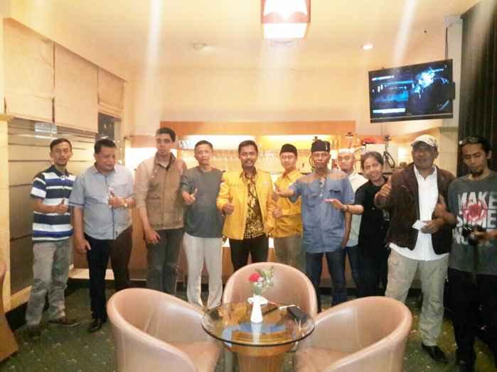 Ketua Kadin Depok Miftah Sunandar bersama Wakil Ketua Bidang Organisasi Sonar Harahap, Wakil Ketua Bidang Telekomunikasi Ceppy Gunawan dan perwakilan dari Sekber Wartawan Depok.