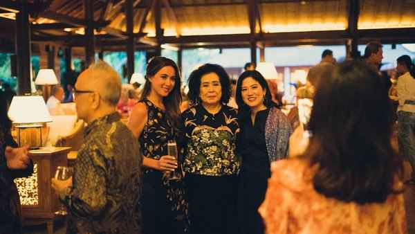 Tamu dari berbagai kalangan berbagi momen di lobi ikonis Hyatt Regency Bali.