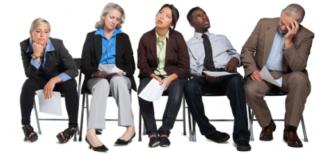 Delle persone sedute che mantengono la posizione del corpo in vario modo