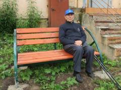 Ветерану из Мурманска помогли установить скамейку во дворе