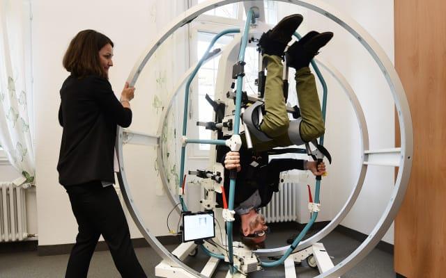 Bild von einer Behandlung im Rotundum – mit diesem Therapierad wird Schwindelpatienten geholfen.