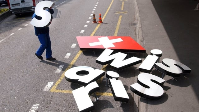 Ein Sinnbild für den Absturz: Am Terminal A am Flughafen Zürich Kloten liegen die Buchstaben der Werbeschrift von Swissair auf der Strasse. In den kommenden Tagen verschwanden sie überall und wurden durch «Swiss» ersetzt.