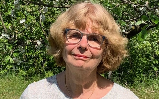 Tonia Sommerhalder vor ihrem Nussbaum. Sie findet, dass auch ihre Enkel ihre Wurzeln kennen sollten. Bild: Ruedi Sommerhalder