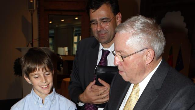 Bundesrat Christoph Blocher gibt 2007 nach der Unterzeichnung des revidierten Lugano-Übereinkommens ein Autogramm (Bild: keystone-sda)