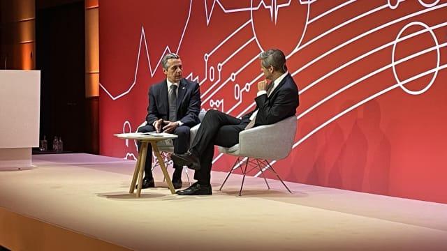 Bundesrat Ignazio Cassis im Gespräch mit Urs Gredig. (Bild: fi.)