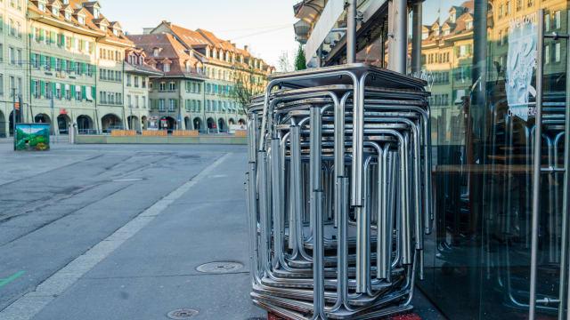 Die Wirtschaft ist heruntergefahren – hier ein geschlossenes Restaurant in Bern. Foto: Shutterstock