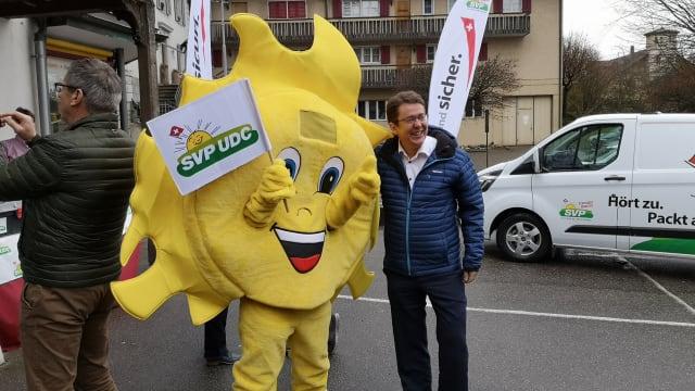 Zuwachs durch Corona-Opposition? Nationalrat Albert Rösti mit dem SVP-Maskottchen an einer Wahlveranstaltung. Bild: SVP Schweiz