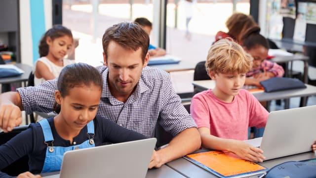 Ist es gut, wenn Kinder auch noch in der Schule Zeit mir elektronischen Geräten verbringen? Foto: shutterstock