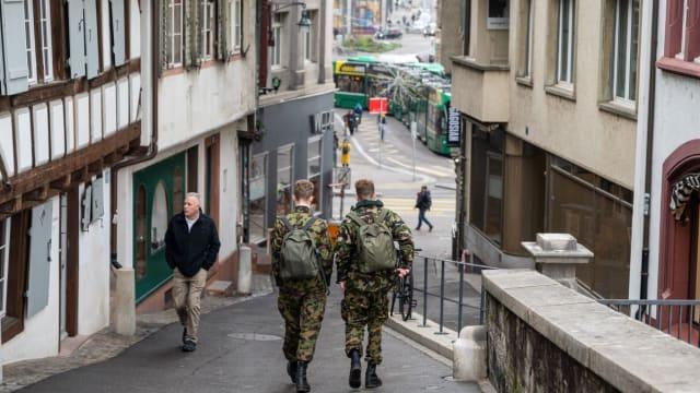 Ein Bürgerdienst für Alle: Soldaten im November 2020 auf dem Weg zu ihrem Einsatzort im Universitätsspital Basel. Bild: VBS/DDPS