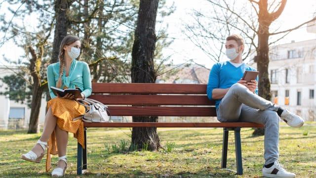 Maske tragen, Abstand halten: Eine Studie zeigt, dass Eigenverantwortung mehr bringt als rigorose staatliche Massnahmen. Foto: Shutterstock