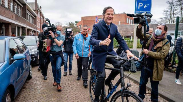 Mark Rutte, Ministerpräsident der Niederlande, auf dem Weg zu einem weiteren Wahlsieg. Seine Partei VVD hat die Parlamentswahlen gewonnen. (Bild: Bart Maat/EPA)
