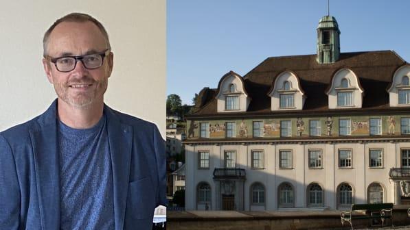 Der Hausarzt Rainer Fischbacher, rechts das Ausserrhoder Regierungsgebäude in Herisau.