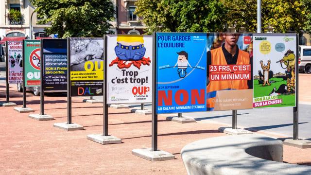 Abstimmungsplakate in Genf: Die direkte Demokratie der Schweiz stösst in der deutschen Politik auf heftige Abwehrreflexe.