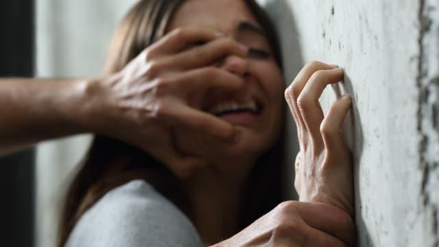 Sexuelle Übergriffe haben in der Corona-Pandemie zugenommen. Symbolbild: Shutterstock