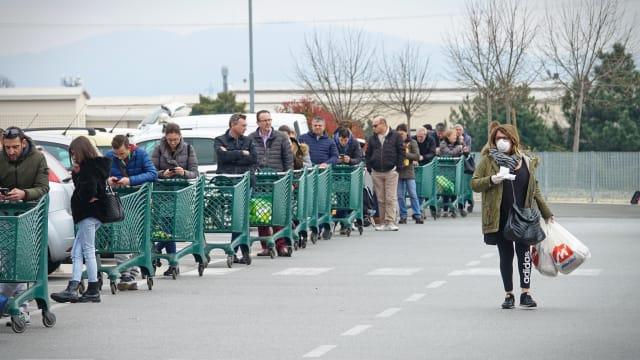 Mailand im März 2020: Italiener stehen Schlange vor einem Einkaufszentrum. MikeDotta / Shutterstock.com