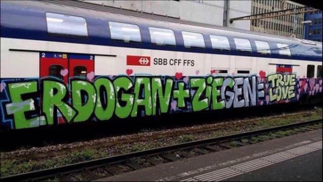 Anspielung auf das Schmähgedicht von Jan Böhmermann: Versprühte S-Bahn in Altstetten. (26. April 2016)