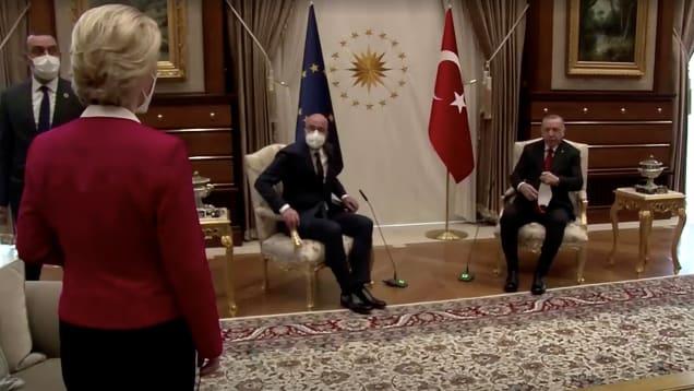 Sesseltanz in Ankara. Ursula von der Leyen, EU-Kommissionspräsidentin, findet keinen Stuhl, weil es für sie keinen gibt. Sie muss aufs Sofa. Quelle: Reuters