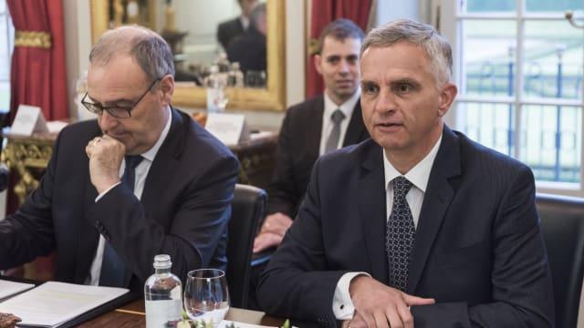 Guy Parmelin (links) 2017 mit dem damaligen Bundesrat Didier Burkhalter, verantwortlich für das Verhandlungsmandat der Schweiz mit der EU.  (Bild: Nato)