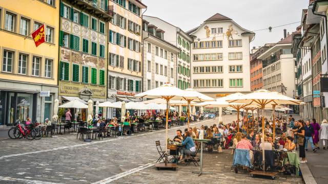 Ab Montag wieder möglich: In der Beiz essen, wenn auch nur draussen. Hier Impressionen aus Luzern vom Juni 2020. Foto: Shutterstock