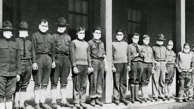 Maskenpflicht gegen die Grippe: Armee-Sanitäter vor etwas mehr als hundert Jahren in New York. (Bild: shutterstock).