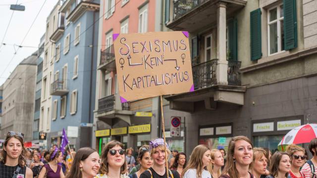 Was ist eigentlich eine Frau? Im Zeitalter von Inklusion, Diversity und Wokeness ist diese Frage nicht einfach zu beantworten. Im Bild: Frauenstreik von 2019.