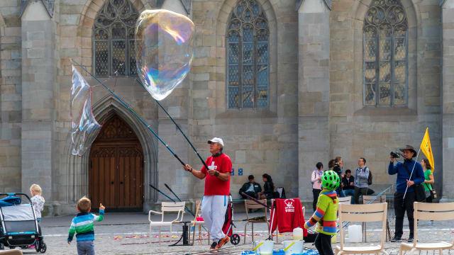Um das Wohl der Kinder in der Schweiz kümmern sich nicht nur Strassenkünstler wie auf diesem Bild, sondern eine grosse Zahl von NGOs.