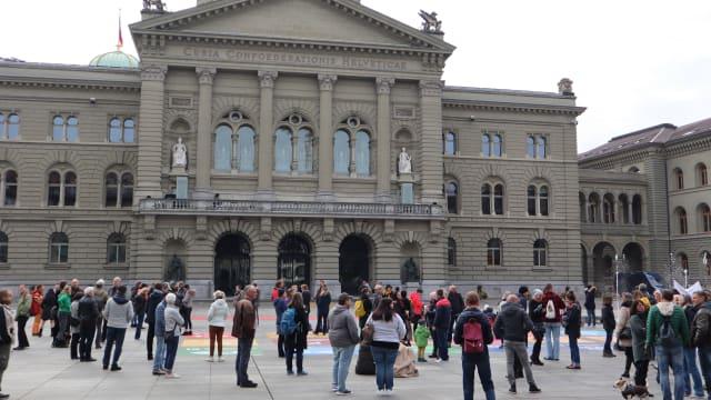 Die Proteste gegen die Corona-Massnahmen nehmen zu: Hier eine Kundgebung vor dem Bundeshaus in Bern. Foto: Shutterstock