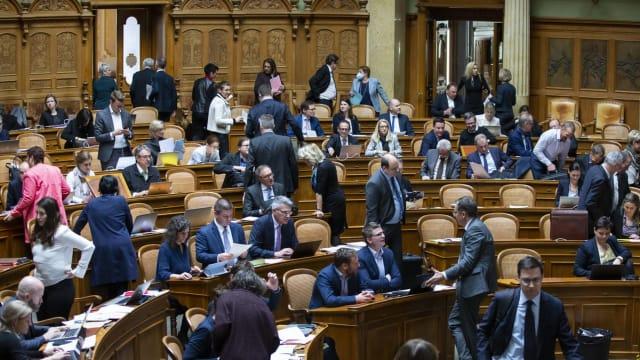 Aufbruch wohin? Nationalräte am Politisieren. Im Parlament zu Bern.
