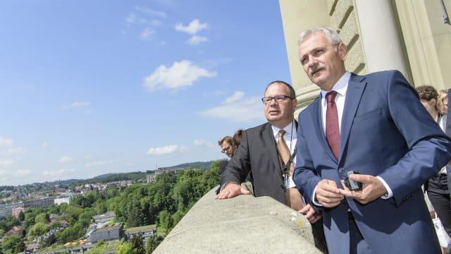 Fordert Geld für Dienstleistungen: Der rumänische Botschafter in der Schweiz Vlad Vasiliu (Mitte) zu Besuch im Bundeshaus. Bild: parl.ch