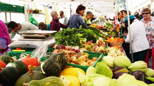 Wie viel mehr zahlen die Kundinnen für noch mehr Ökologie? Landwirtschaftsmarkt in Luzern. (shutterstock)