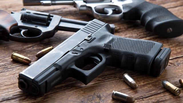 Herr und Frau Schweizer kaufen munter weiter Waffen: Eine zugelassene Faustfeuerwaffe der Marke «Glock». Bild: Shutterstock.