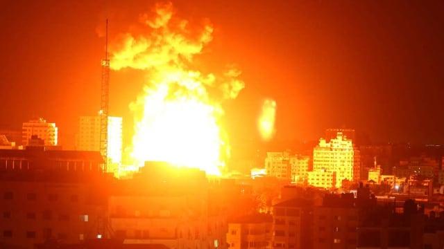 Krieg in Israel, Krieg in Gaza. Nachdem die palästinensische Hamas Israel mit Raketen angegriffen hat, schlägt die israelische Armee zurück. Feuersbrunst über Gaza.