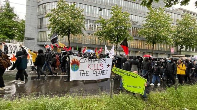 Zwei Anliegen, eine Demo: Gegner des PMT-Gesetz und Klimaaktivisten in Zürich. Bild: Sandro Frei