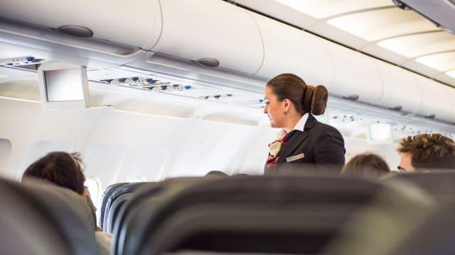 «Liebe Kund:innen »: So sollen die Flugbegleiter der Swiss künftig mit ihren Gästen sprechen. Bild: Shutterstock