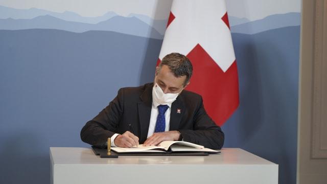 Bundesrat Ignazio Cassis beim Unterschreiben eines Vertrags. Bild: EDA