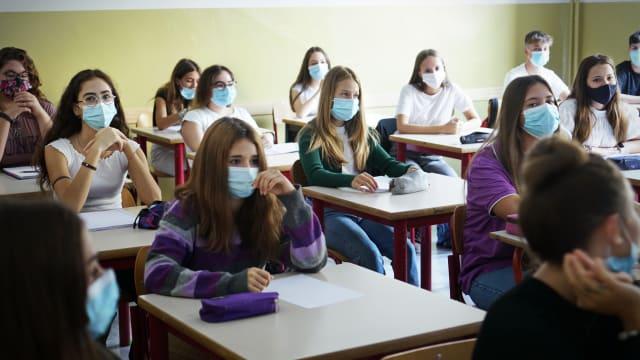 Maskenpflicht an der Schule: Im Kanton Solothurn wird dieses Bild noch eine Weile Realität bleiben. (Foto: Shutterstock)