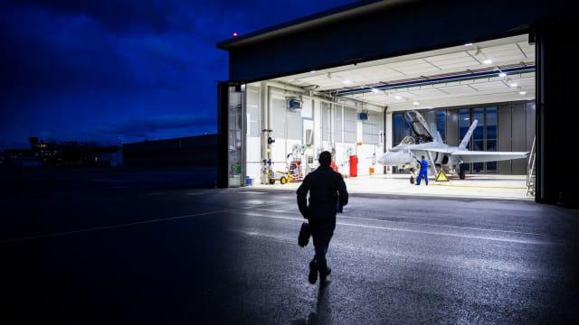 Hot Mission: Ein Pilot rennt zu seinem Jet für einen Ernsteinsatz. Bild: VBS